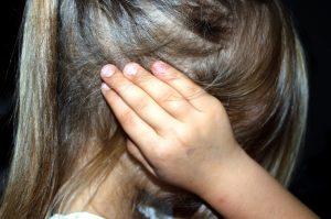 Fille se bouchant les oreilles